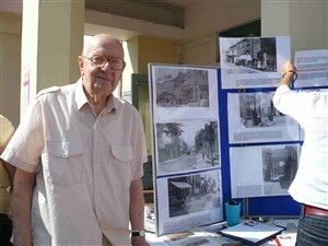 Photo:Peter Bailey outside Newhaven Library, Sept 2007