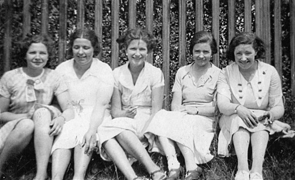Photo:Five Robinson sisters.