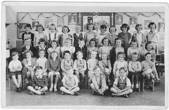Photo:BACK ROW: Suzanne Black, Brenda Delacourt, Susan Rayner, Yvonne Hadley? Barry Ship, Carol Page, Graham Amy, Irene Bulman, Doreen Molynouex, Brenda Eastern, Patricia Stace?  MIDDLE ROW: Jonathan Poulter, Jean Kingshott, Geraldine Greenslade, Rosemary Mullett, Malcom Holland, Carol Eager, Beverly Sturmey? Susan Farrow, Eileen Hardy, Linda Everest.  FRONT ROW: Paul Hyder, Sheila Scarth, Geraldine Lindfield,  ? Ship, Roger Browning, Michael Mills, Carol Handy, Maureen Holland, Pamela Parsons, Margaret Ryder, Jayne Moon. FRONT ROW SITTING: John Greening, John Shepherd, Gordon Groves, Tony Mitchell.