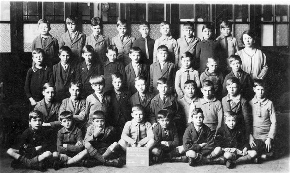 Photo:Meeching Boys School Newhaven standard 3 my father is 3rd from left at the back, he looks about 8 so this would be about 1927. Can you recognise anyone else in the picture.
