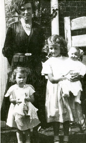 Photo:Mary Stapley with her daughters, Honor & Marcia, Palehouse Common, circa 1933
