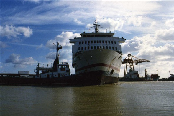 "Photo:October 1987 the ""Versalles"" being assisted by the tug ""Meeching."